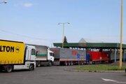 Vyšné Nemecké. Viacerí kamiónoví dopravcovia sa zaregistrujú na hraničnom priechode.