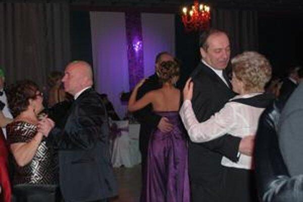 Vyzvŕtali manželky. Primátor Sniny Štefan Milovčík (vľavo) a primátor Humenného Vladimír Kostilník sa na plese nevenovali komunálnej politike, ale svojim manželkám.
