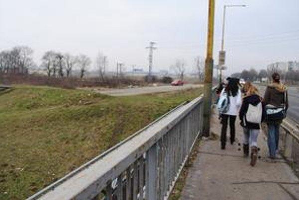 Študentky. Výrastkovia z osady im cestou zo školy vulgárne nadávajú a chytajú ich za zadok.