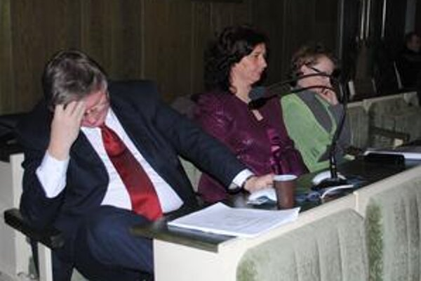 Poslanec Ivan Hopta. Jeho manželka je riaditeľkou mestskej a jeho stranícka kolegyňa z Úsvitu riaditeľkou súkromnej MŠ v meste.