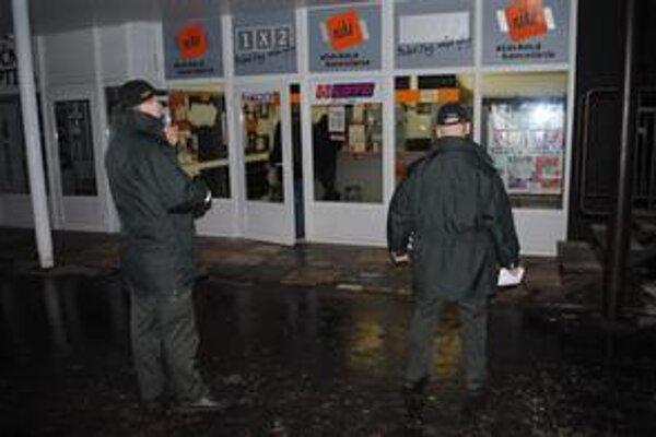 Stávková kancelária. Muž v kapucni si odtiaľ odniesol stovky eur.
