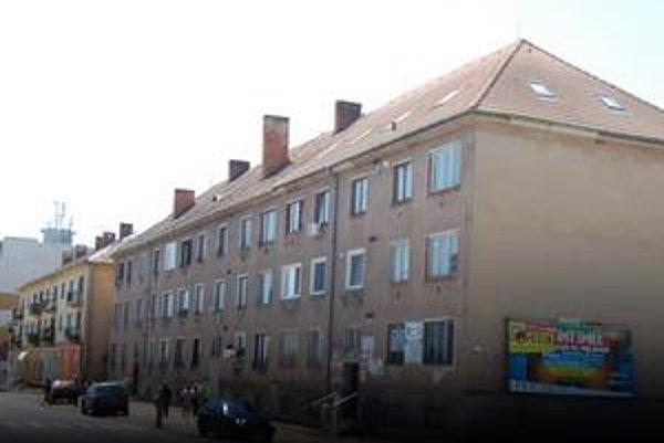 """Popri bloku 56 sa zvezú všetci. """"Vďaka"""" nutnosti predať časť tejto bytovky poslanci umožnili predaj bytov v celom meste."""