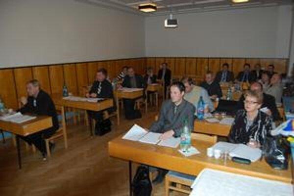 Poslanci. Eurofondy a projekty boli horúcou témou posledného rokovania v Sobranciach.