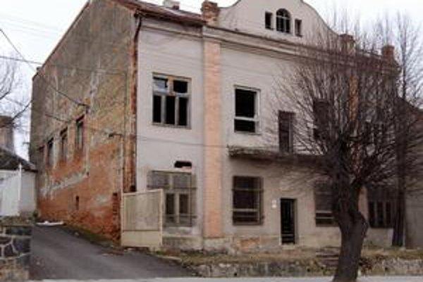 Veľký dom chátra. Rodina sa vzdala podielu v tomto dome na Hlavnej ulici za celý menší dom v inej časti mesta.