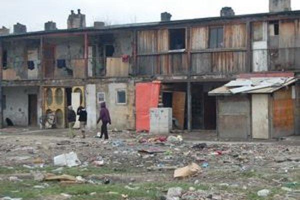 Byty v osade. Roky v nich bola neprehľadná situácia. Mesto chce ich predajom zaviesť poriadok.