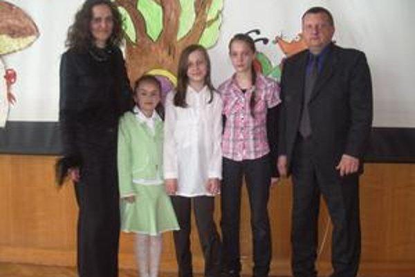 Na snímke žiačky ZŠ v Krčave, riaditeľ Emil Dzvoník a pedagogička Mariana Skybová.