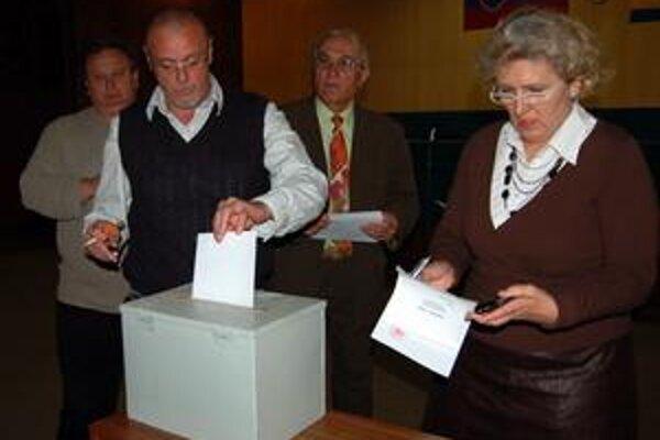 Poslanci. Lístky s krúžkami hádzali do urny dvakrát. Bez efektu, ani jeden uchádzač nezískal viac ako polovicu hlasov.
