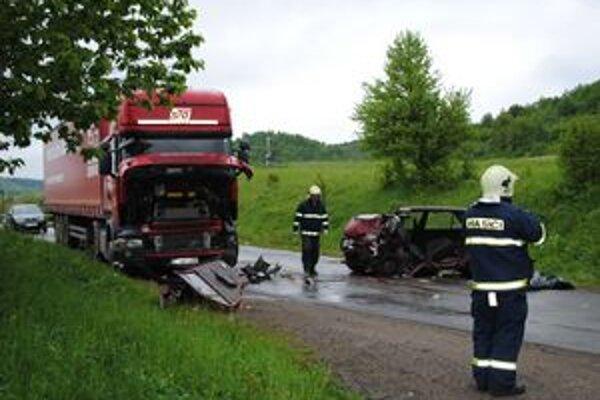 Na mieste nehody zomrel šofér, štyria pasažieri skončili v nemocnici s ťažkými zraneniami.
