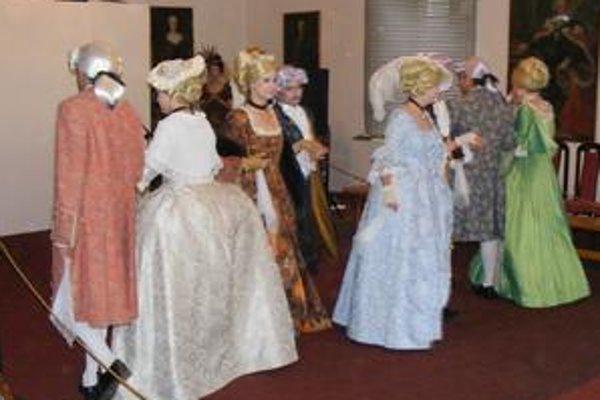 Menuet. Dobový tanec predviedli žiaci v barokových kostýmoch, ktoré ušili ich spolužiaci.