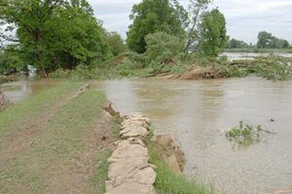 Vodohospodári majú čo robiť, trhlina v hrádzi Ondavy je široká 70 a hlboká 3 - 3,5 metra.