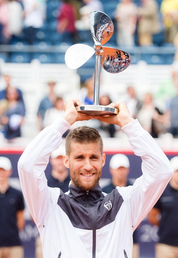 Martin Kližan dvíha nad hlavu trofej za víťazstvo na turnaji v Hamburgu.