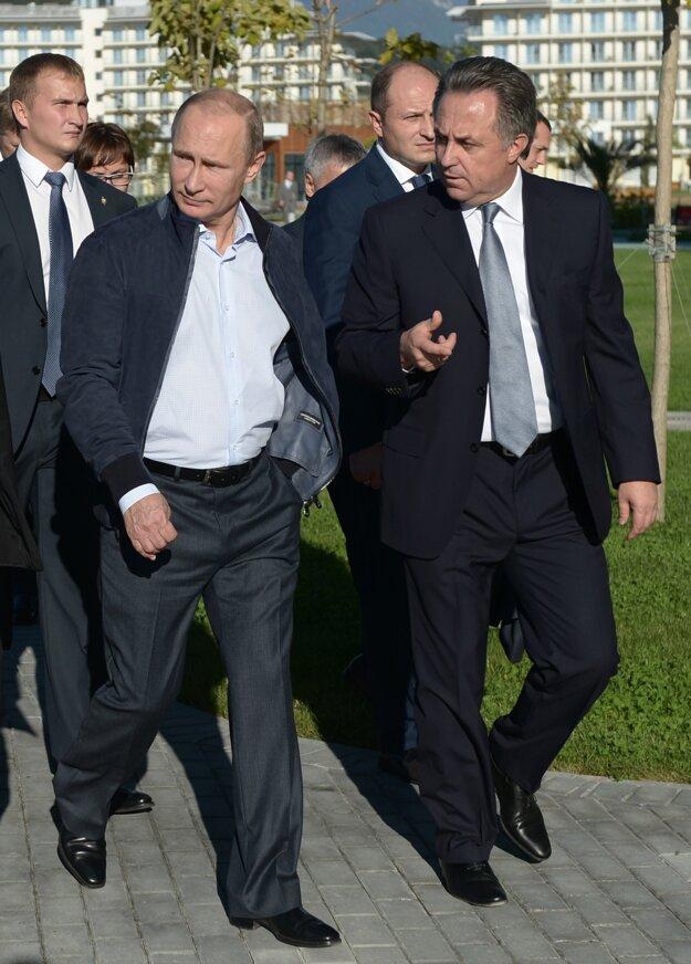 Prezident Vladimir Putin (vľavo) sa zhovára s ministrom športu Vitalijom Mutkom.
