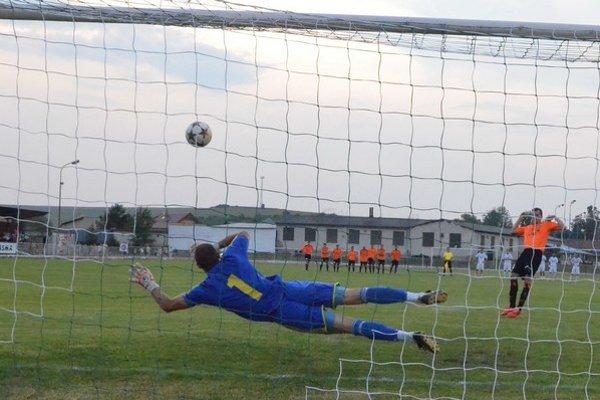 Čaňa vyhrala po rozstrele. Prvú penaltu vlašský brankár Gejza Pulen (na snímke) chytil, ale jeho spoluhráči mali poriadne vychýlenú mušku.