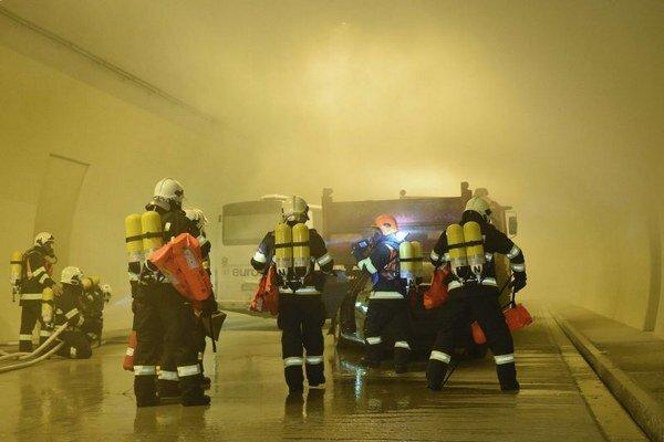 Na snímke hasiči hasia požiar v pravej rúre tunela Šibenik počas taktického cvičenia zložiek Integrovaného záchranného systému (IZS) v tuneli Šibenik na diaľnici D1 Jánovce – Jablonov neďaleko Levoče.