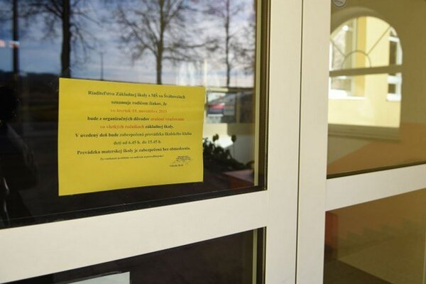 Do protestu učiteľov sa zapojilo aj niekoľko škôl na Spiši. Zatvorená ostala napríklad Základná škola s materskou školou v obci Švábovce, okres Poprad. Na snímke oznam riaditeľstva Základnej školy s MŠ na vchodových dverách školy.