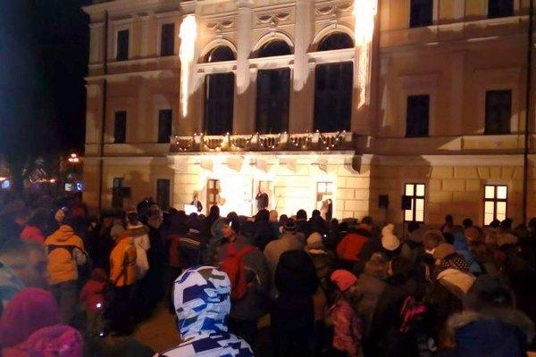 Začína nová tradícia. V Spišskej Novej Vsi zrušili polnočné silvestrovské oslavy. Na Nový rok pred radnicu prišlo privítať a sláviť oveľa viac ľudí.