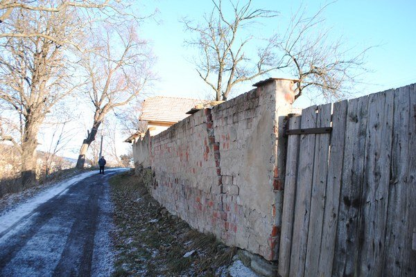 Nahnutý múr. Ohrozuje okoloidúcich.
