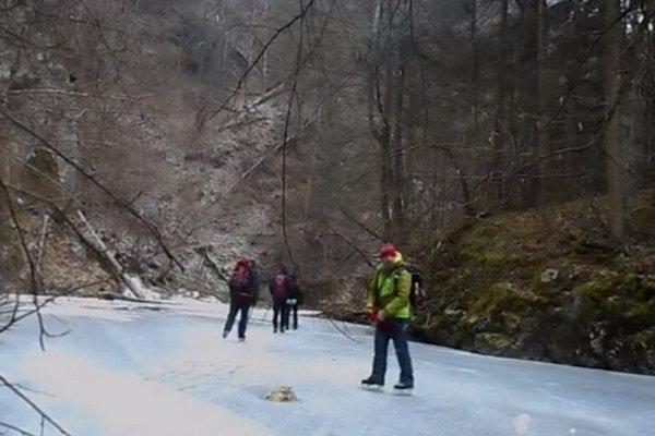 Zamrznutý Prielom Hornádu. Takýmto spôsobom ho prejdete len počas veľmi chladných zím.