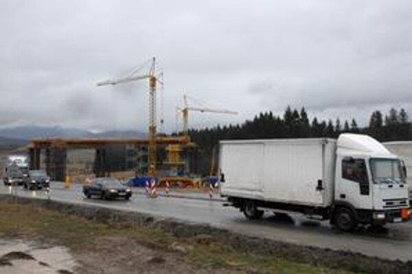 Prefinancovanie výstavby diaľnic  formou verejnosúkromného partnerstva (PPP) sa komplikuje. Dôchodkové spoločnosti núkajú pomocnú ruku, no vláda ju stále prehliada.