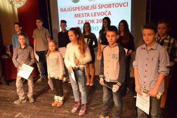 Budúcnosť levočského športu. Na slávnostnom podujatí pri preberaní ocenení najlepších športovcov mala najväčšie zastúpenie najmladšia veková kategória.