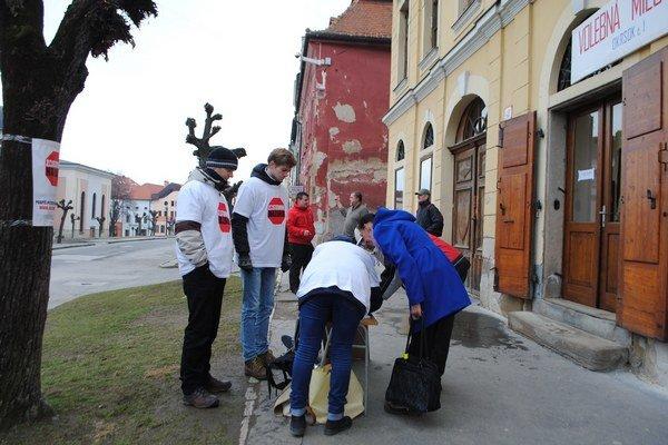 Petičiari v uliciach Levoče.
