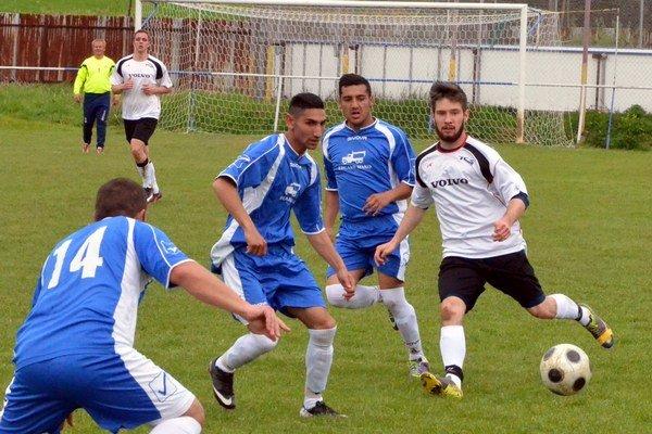 Rozhodujúca polhodina. Spartak Bystrany proti Jamníku vprvom polčase využil každú príležitosť na strelenie gólu. Po polhodine už viedol presvedčivo 4:0 anakoniec sa stretnutie skončilo 5:2.