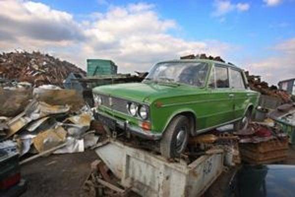 Niektorým spracovateľom starých áut začína dochádzať hotovosť na vyplácanie recyklačných poplatkov. Trápia ich aj nízke ceny šrotu.