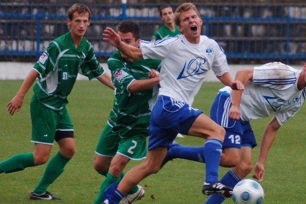 Strieľať góly nezabudol. Lukáš Stanislav (vpravo v bielom) sa vrátil medzi starých dobrých kamarátov v pravom čase.