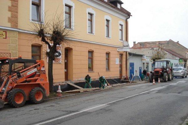 Oprava chodníka na ulici Odborárov. Komunikácia pre peších patrí medzi najfrekventovanejšie v meste.