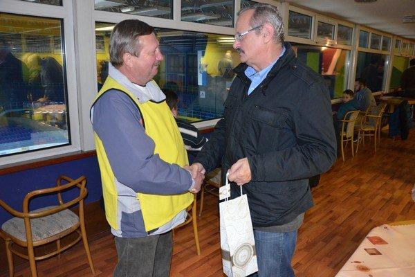 Blahoželanie k šesťdesiatke. K šesťdesiatke a za dlhoročnú prácu pri spišskonovoveskom hokeji Jaroslavovi Vallovi (vľavo) zablahoželal a poďakoval primátor mesta Ján Volný.