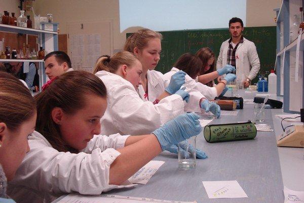 Levočskí gymnazisti. V laboratóriu určovali HIV pozitivitu.
