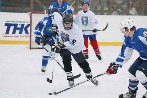Prvé kolá vlašskej ligy. V Rudoľovej záhrade v Spišských Vlachoch sa opäť hrá hokejová liga.