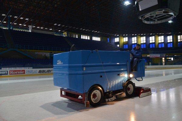 Úprava ľadovej plochy je vykonávaná elektrickou rolbou.