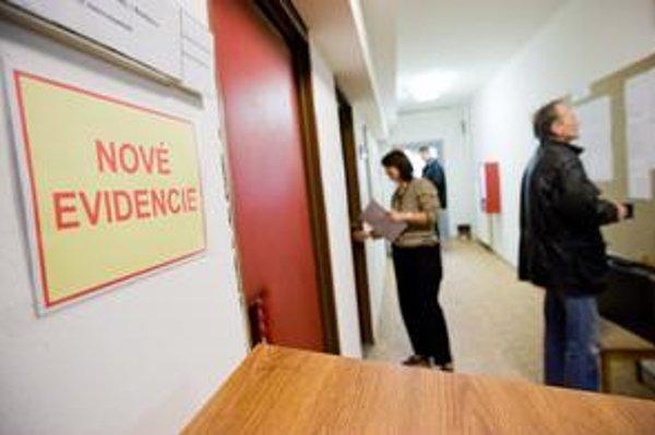 Úrady práce sa môžu pripraviť na nával nových klientov. V najbližšom čase sa neočakáva obrat vo vývoji nezamestnanosti. Pracovných príležitostí je čoraz menej a od mája budú o ne súperiť aj čerství absolventi škôl.
