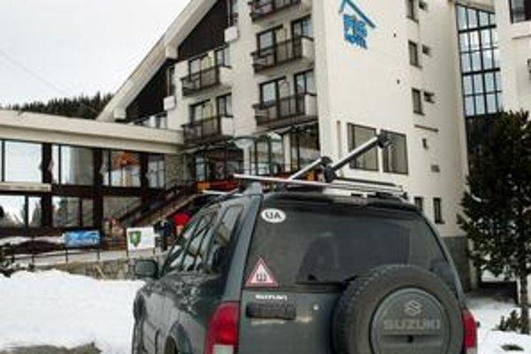 Ekonomická a plynová kríza vzali Tatrám návštevníkov. Áut pred hotelmi veľa neparkuje.