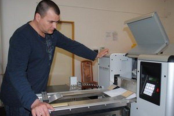 Levočská knižnica ako jediná vyrába knihy v Braillovom písme. Daniel Sninčák pri tlačení braillovských dokumentov.