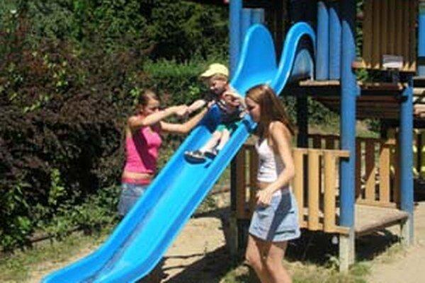 Deti sa na nové ihriská môžu tešiť v Handlovej aj Prievidzi.