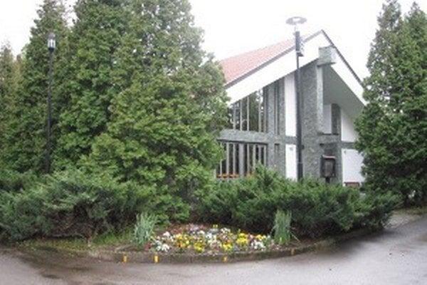 Obec Zemianske Kostoľany po rokoch zlegalizuje svoj dom smútku.