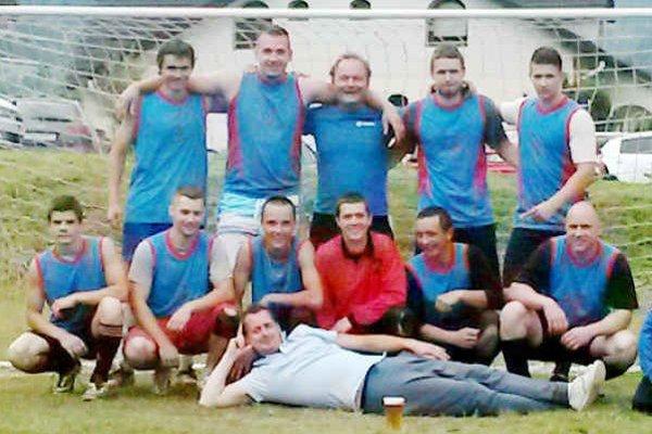 Godlov víťazný tím. Azúrová squadra s Denisom Godlom (horný rad druhý sprava) víťazom 12. ročníka turnaja v Novoveskej Hute.