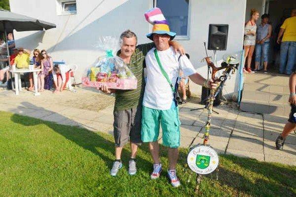 Zase vyhral. Už tradičný víťaz helcmanovskej tomboly pán Poklemba (vľavo) na snímke s maskotom domáceho klubu.
