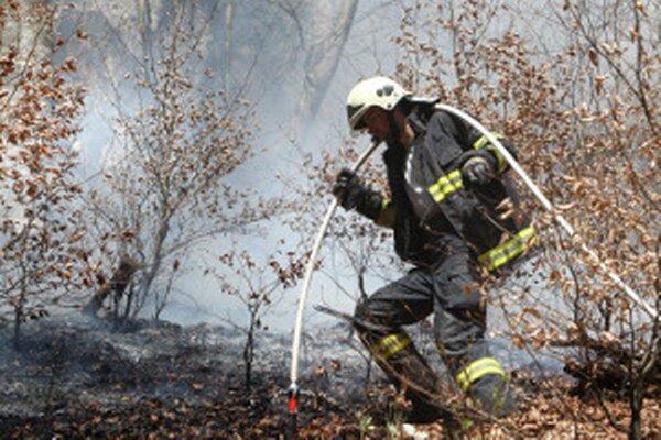 V prírode je likvidácia požiarov náročná.
