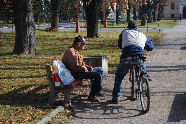 Ľudia sa lavičiek dobrovoľne vzdávajú, aby mali pokoj.