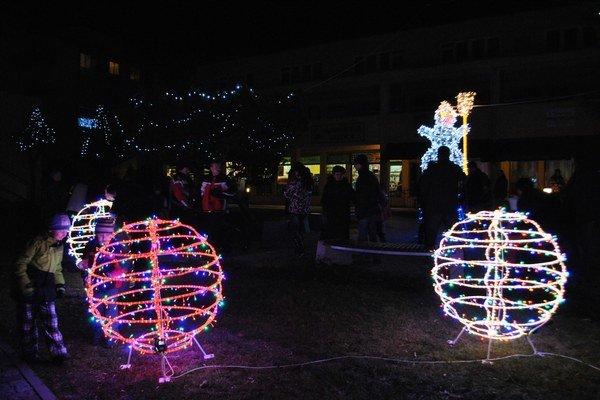 Vianočné gule. Novinka žiari priamo v centre mesta.