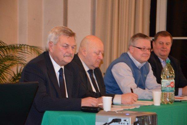 Staronový predseda. Šéf futbalu na Spiši Jaroslav Švarc (vľavo) pokračuje v najvyššej funkcii aj ďalšie štyri roky.