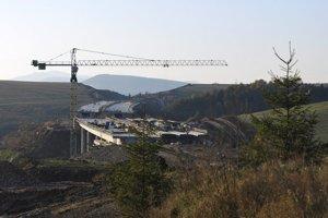 Stavebný ruch na diaľničnom moste pri Iliašovciach.
