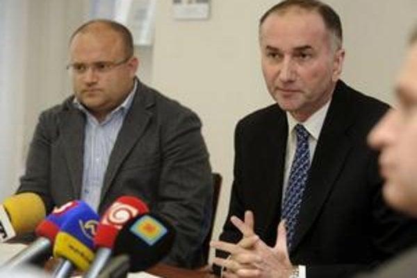 Desiati slovenskí ekonómovia sa vyslovili k ohrozeniu druhého dôchodkového piliera. Vpravo Eugen Jurzyca, vľavo Jozef Mihál.