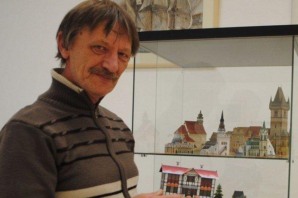 L. Jakubčo s maketou budovy lekárne z 20. rokov v Starom Smokovci, ktorá už neexistuje.