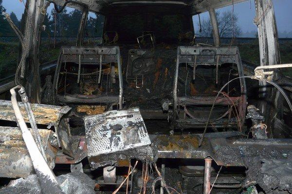 Požiar úplne zničil interiér auta.