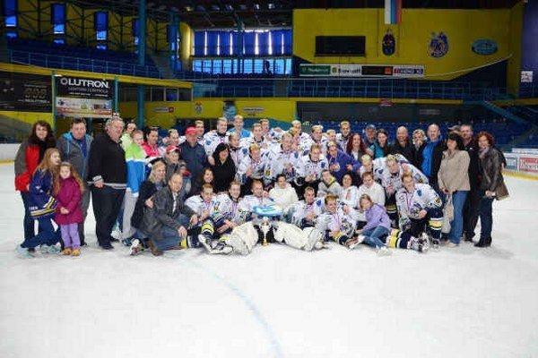 Veľká hokejová rodina bronzových extraligových dorastencov. O najväčší úspech HK Spišská Nová Ves v sezóne 2013/2014 sa postarala výborná partia dorastencov.