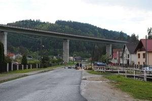 Korytné. Nad obcou sa vypína betónový most.